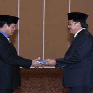Gubernur Kepri Serahkan Tanda Kehormatan