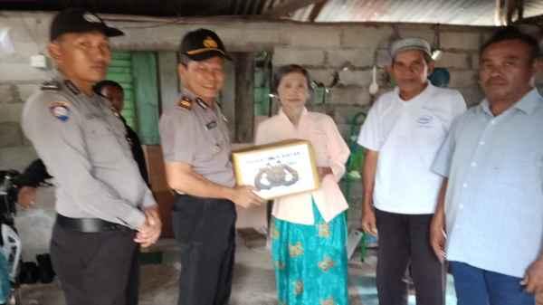 Kapolsek Teluk Bintan AKP Rambhe menyerahkan bantuan Sembako