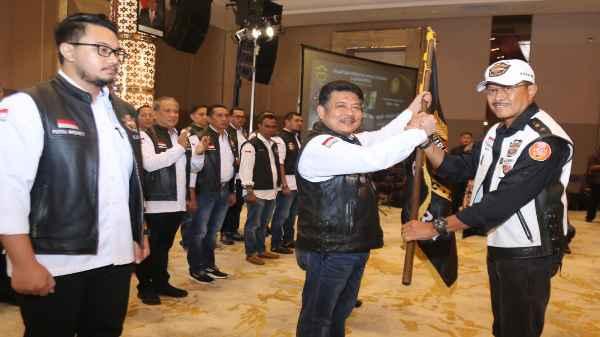 Penyerahan Petaka ke Ketua Pengda HDCI Kepri