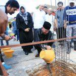 Walikota Tanjungpinang H. Syahrul, S.Pd lakukan peletakan batu pertama untuk pembangunan gedung serba guna Perumahan Hang Tuah Permai Kelurahan Pinang Kencana yang dibangun oleh masyarakat RT. 7, Minggu (13/1).