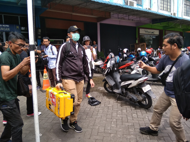Petugas KPK membawa koper usai menggeledah Kantor Diahub Kepri, Selasa (23/07/19)