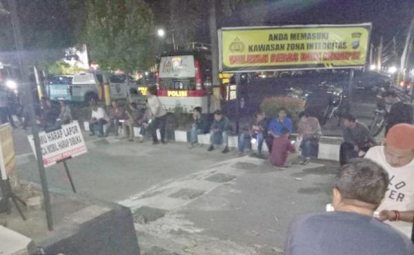 Wartawan berada di Polres TPI menunggu KPK. Foto: Untung