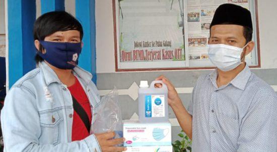 Pemred KepriDays.co.id Mhd. Munirul Ikhwan (kanan) menyerahkan perlengkapan peliputan di tengah pandemi Covid-19 kepada Wartawannya Amri, Senin (29/06/2020) di Kantor Kepridays.co.id Perum Dutama Paragon Jalan Ganet Tanjungpinang.