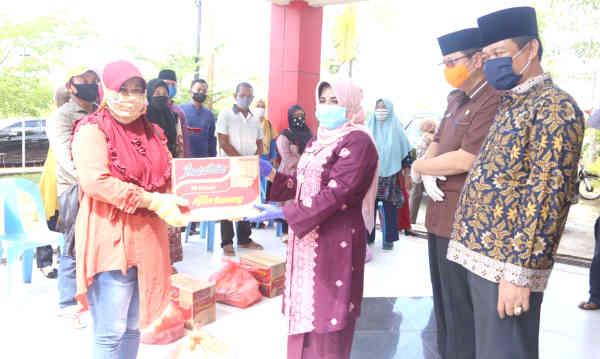 Plt. Wako Tanjungpinang Rahma didampingi Sekdako Tanjungpinang Teguh menyerahkan sembako secara simbolis